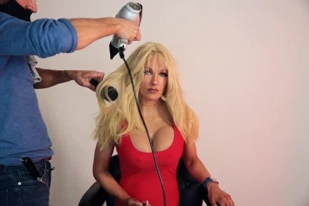 Стилисты надели на девушку парик