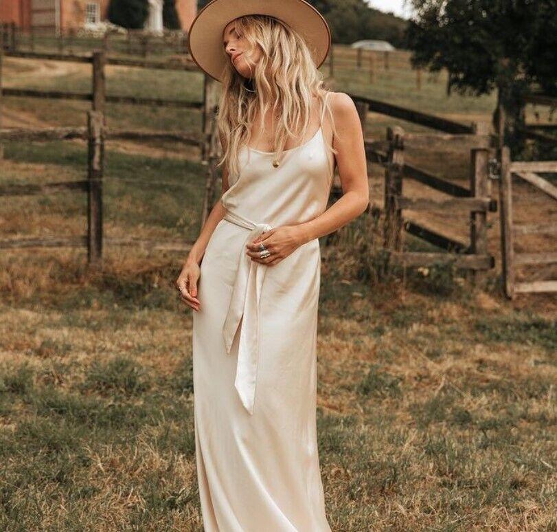 Шовкова весільна сукня.