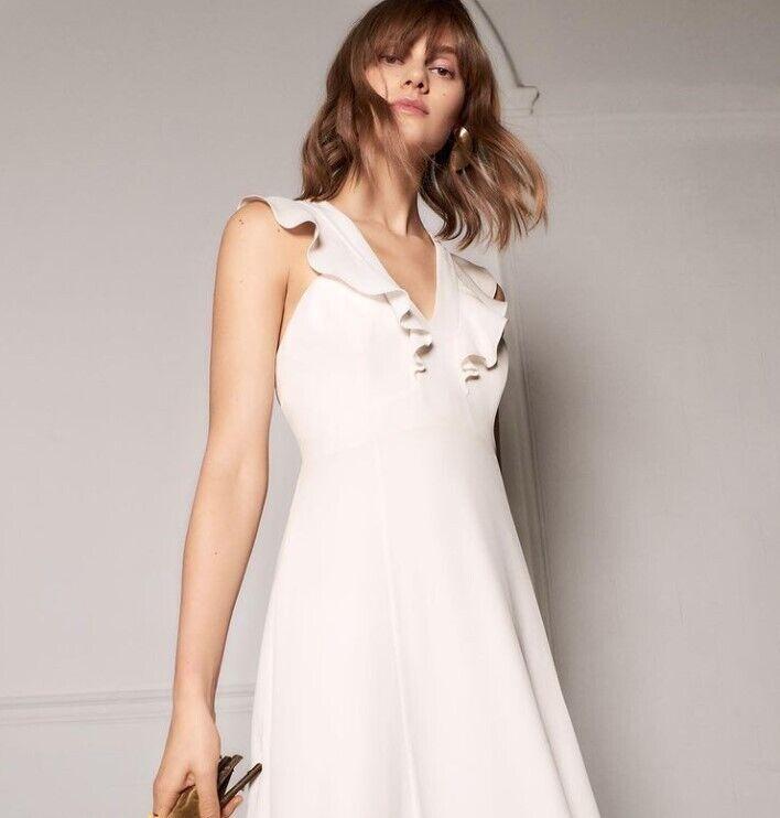 Приталена весільна сукня.