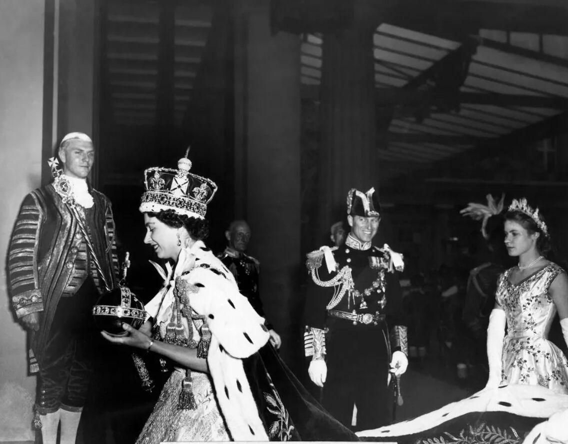 Герцог Эдинбургский рядом со своей супругой Елизаветой II после ее коронации. 2 июня 1953 года
