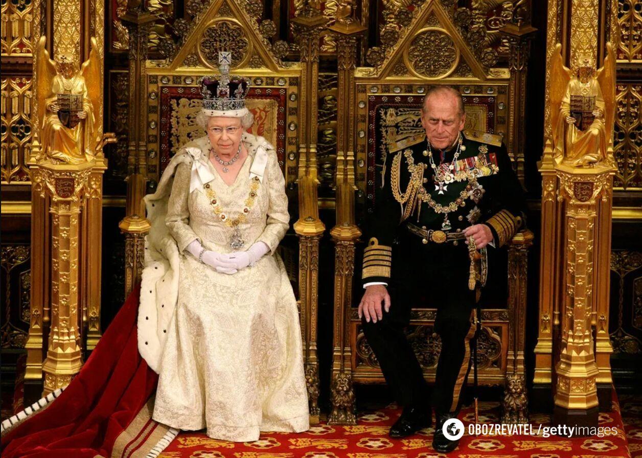 Принц Филипп рядом с Елизаветой II во время ее выступления на церемонии открытия новой сессии парламента Великобритании в Палате лордов. 3 июня 2010 года