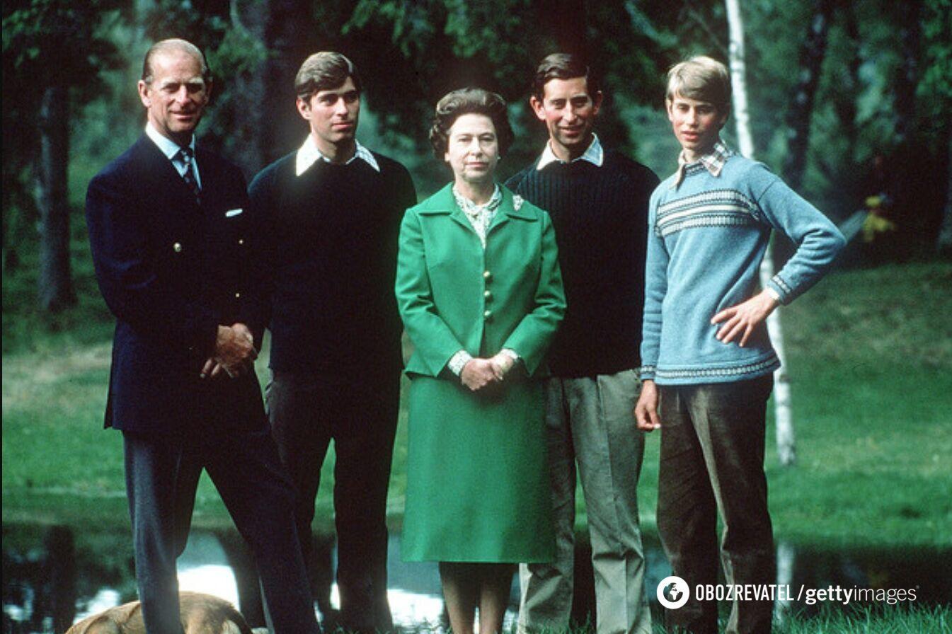 Королева с герцогом Эдинбургским и сыновьями, герцогом Йоркским, принцем Уэльским и графом Уэссексом во время отдыха в Балморале, Шотландия, 1975 год.