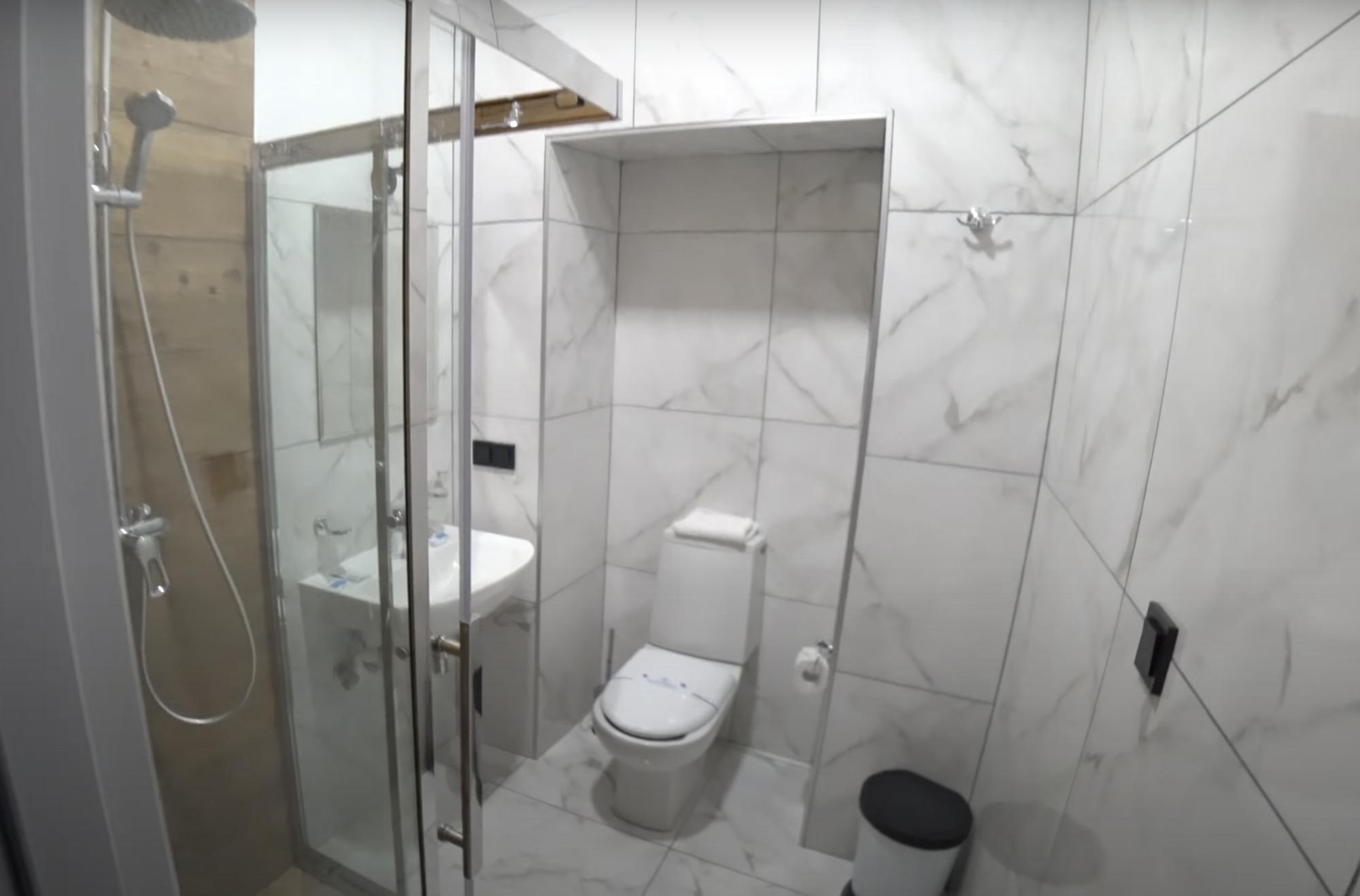 В номері є душ, туалет і двоспальне ліжко