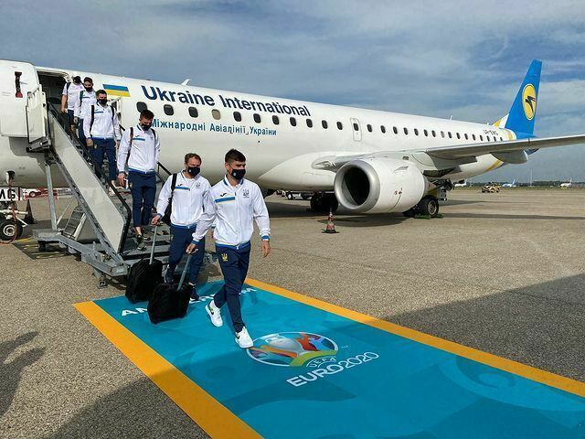 Украинские футболисты прибыли в Амстердам