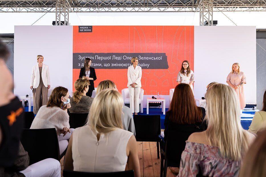 Елена Зеленская появилась на публике в элегантном белом костюме