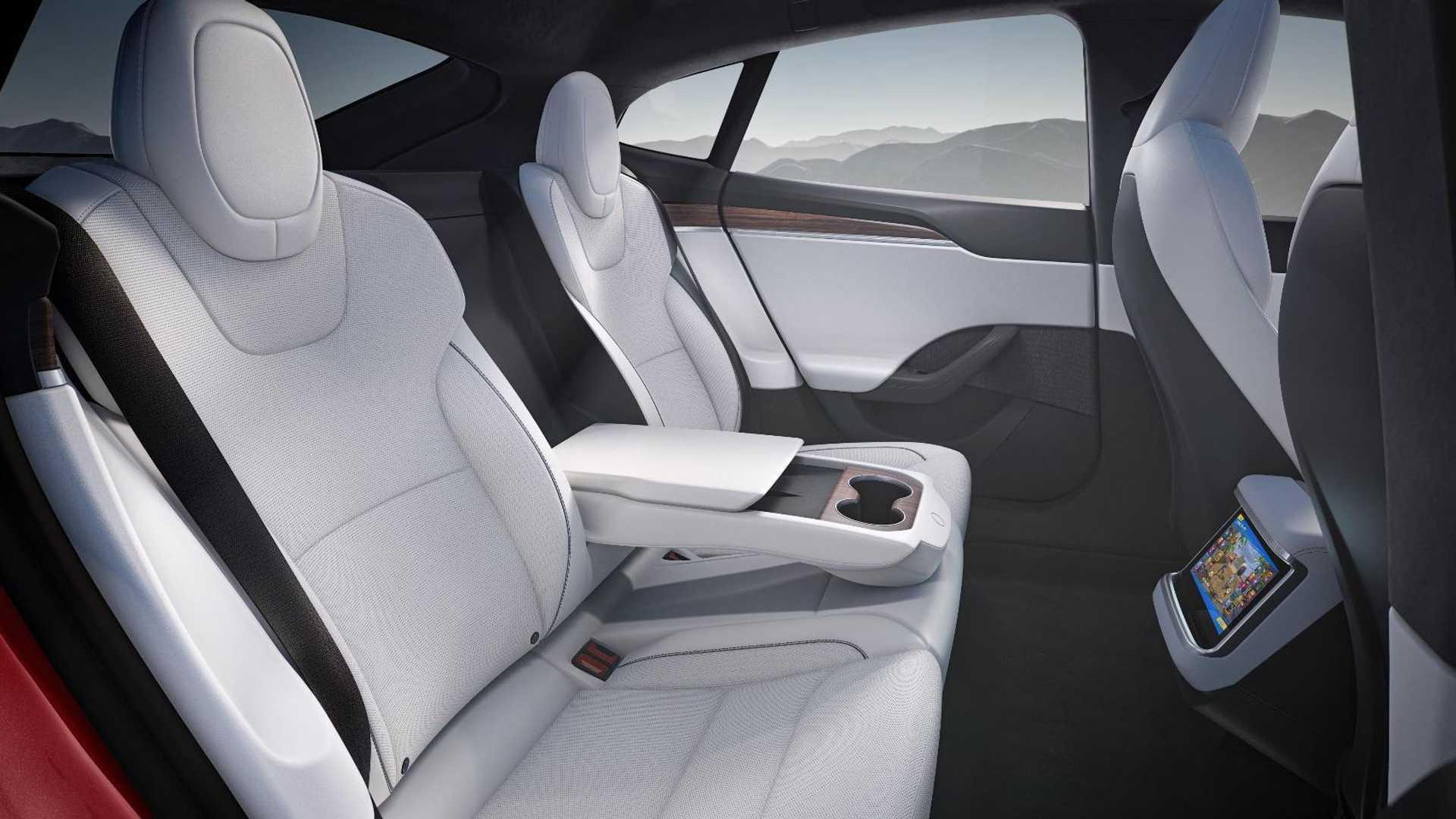 Задние сиденья в салоне автомобиля