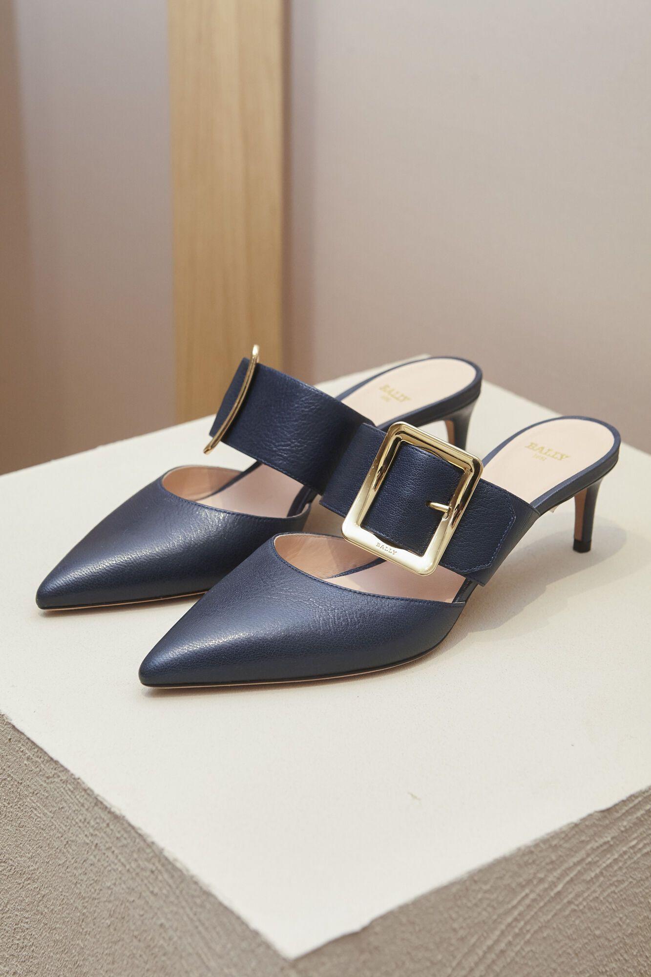 Модне взуття з великою пряжкою