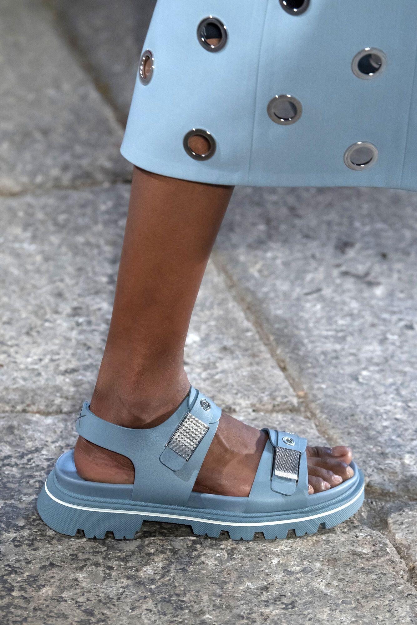 Модні сандалі на масивній підошві