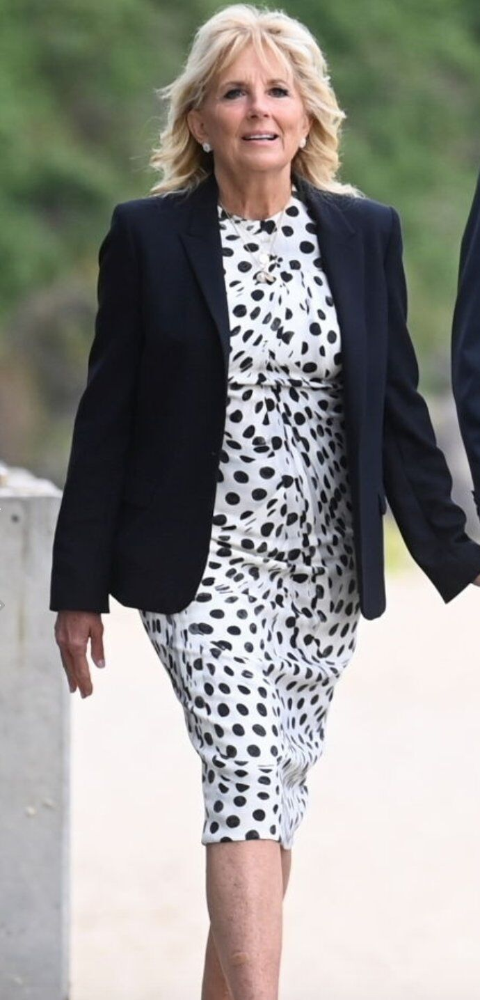 Джилл Байден у білій сукні в горох