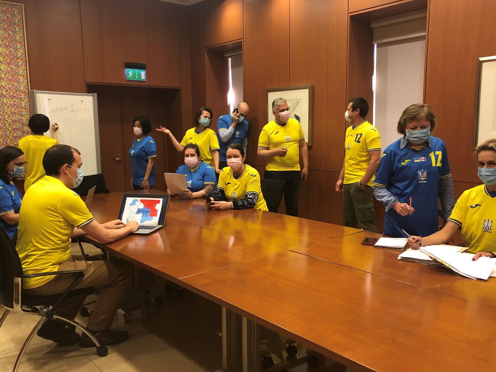 Сотрудники пришли на собрание в форме сборной Украины