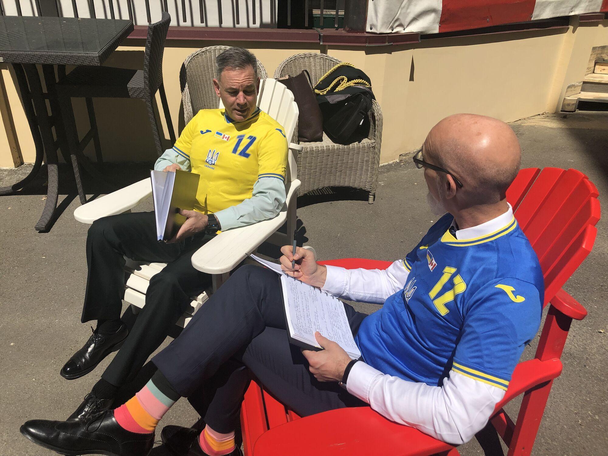 Сотрудники обсуждали рабочие моменты в форме сборной Украины