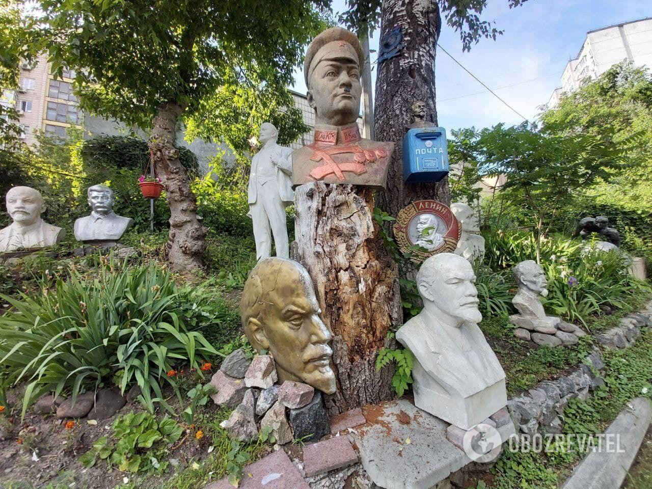 Бюсти радянських діячів у дворі на Нивках
