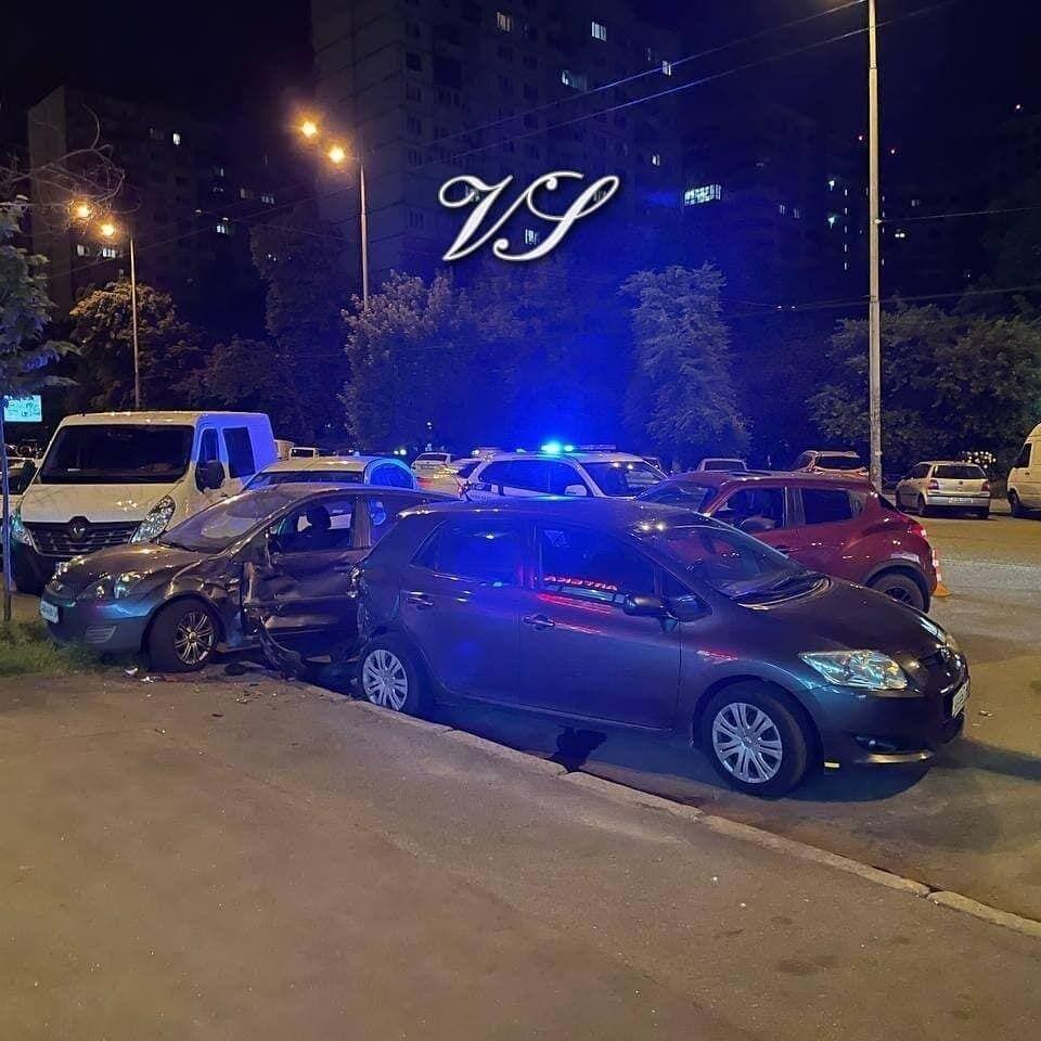 У Києві сталася ДТП за участю чотирьох авто.