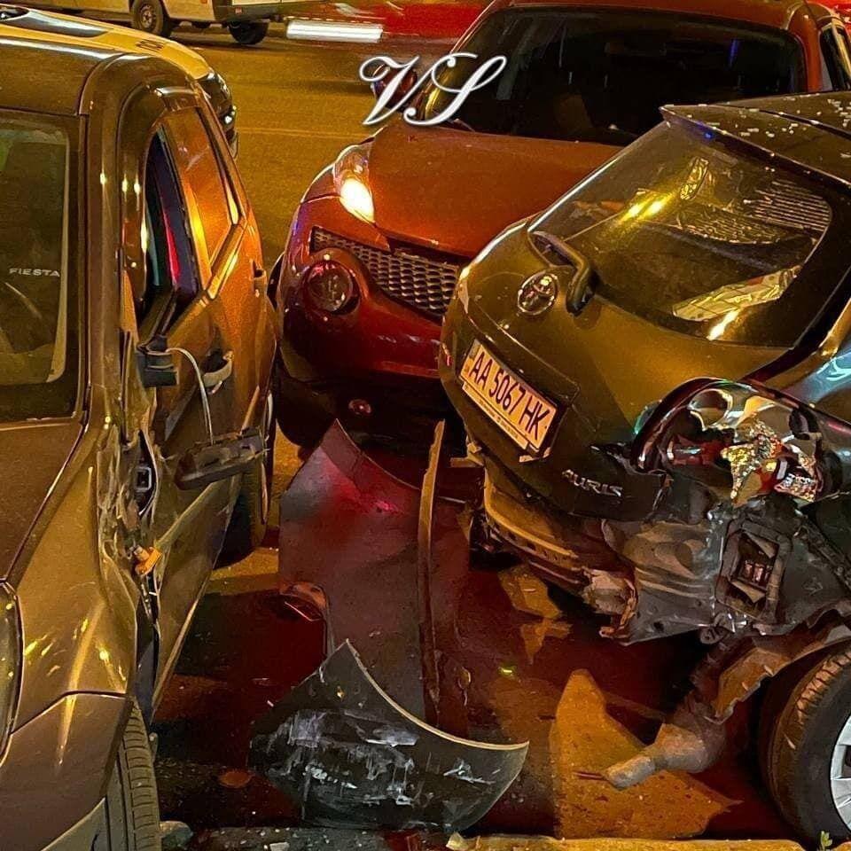 Nissan Juke протаранив три припарковані автомобілі.