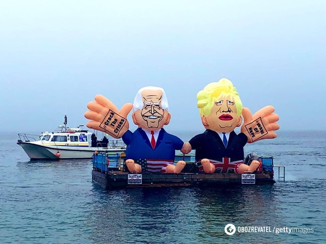 Учасників G7 привітали надувні Байден і Джонсон