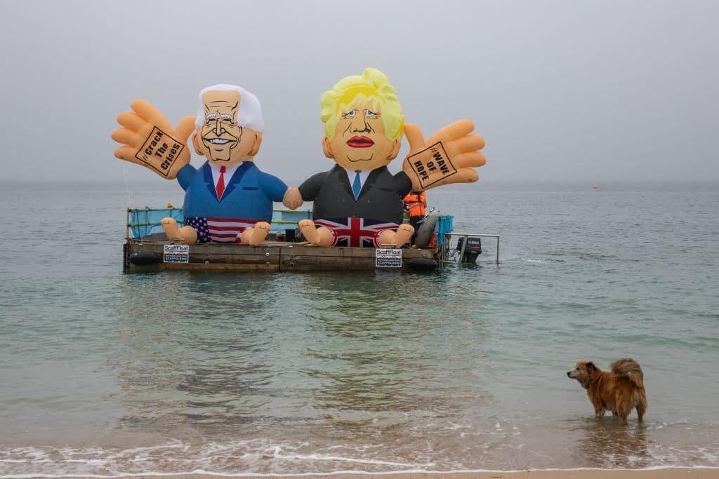 Надувні Байден із Джонсоном плавали уздовж берега на маленькому плоту