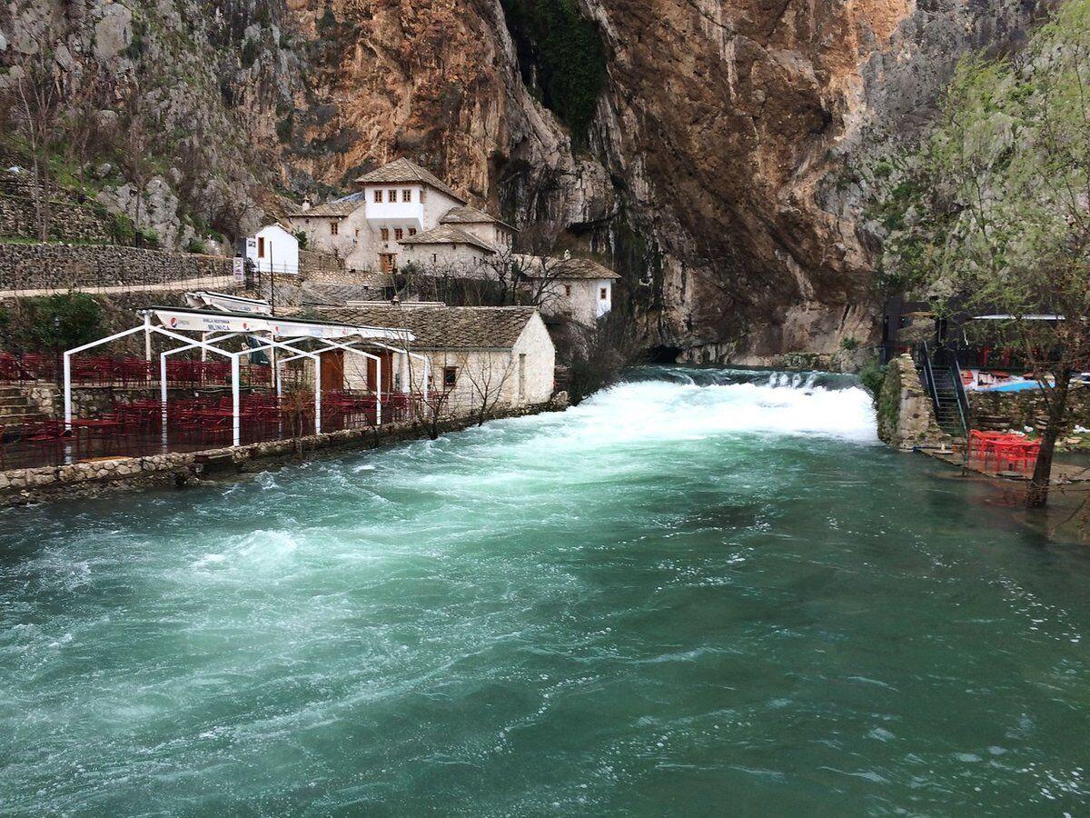 Річка Бояна (Буна) тече одночасно в обидва боки