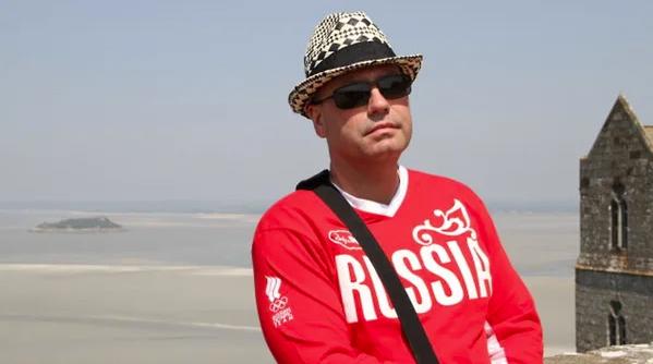 """Мужчина фотографировался в кофте с надписью """"Россия"""""""