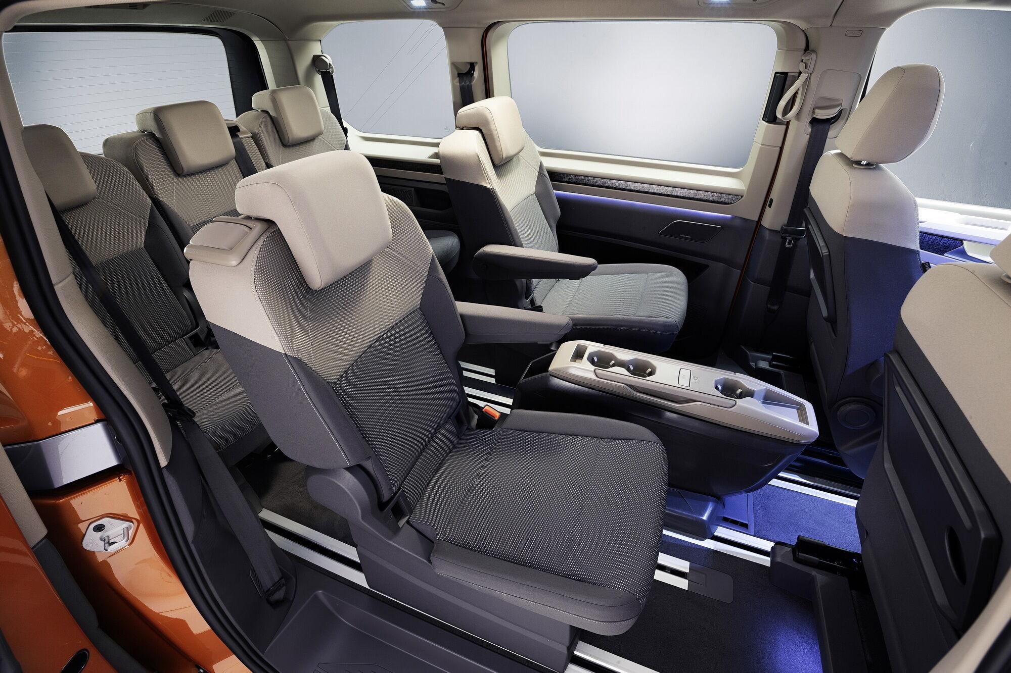 Все сидения выполнены индивидуальными, могут легко складываться или полностью удаляться из салона