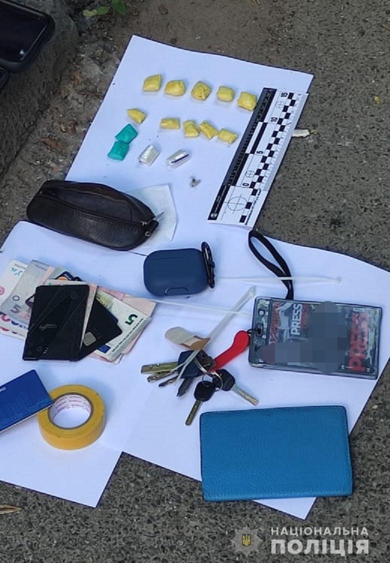 У мужчины обнаружили расфасованные наркотики, деньги и удостоверение сотрудника телеканала