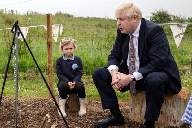 Борис Джонсон поряд із маленькою дівчинкою