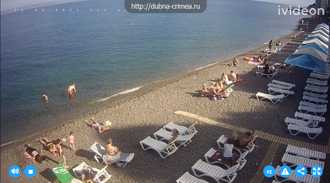 Отдыхающих на пляже очень мало
