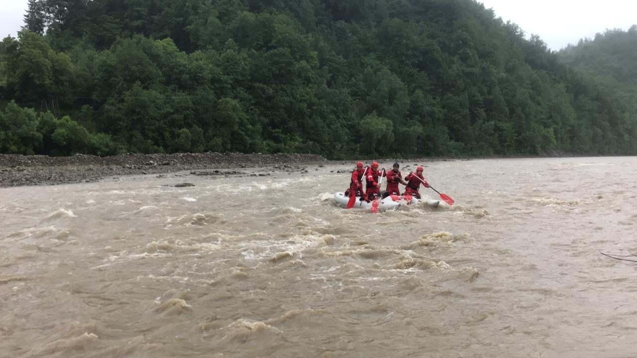 Спасатели достали тело мальчика из реки