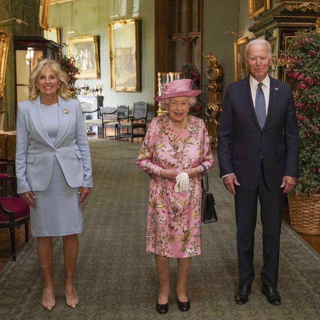 Елизавета II для встречи с гостями выбрала розовое платье от бренда Stewart Parvin