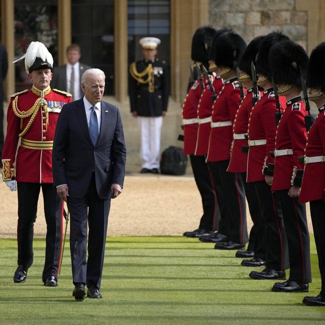 Президент и его супруга покинули замок примерно через час