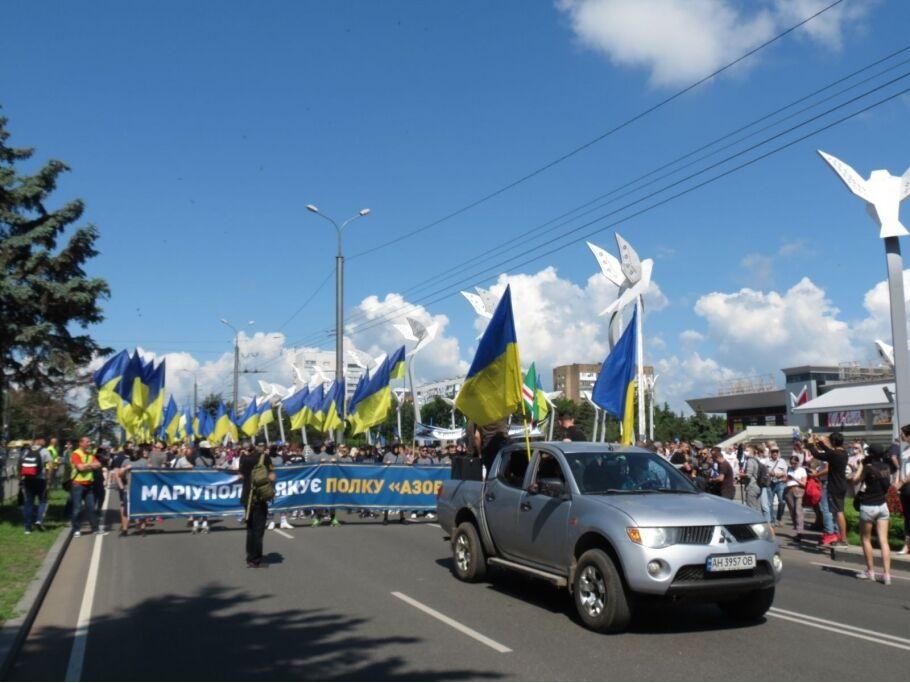 Украинцы устроили марш в Мариуполе