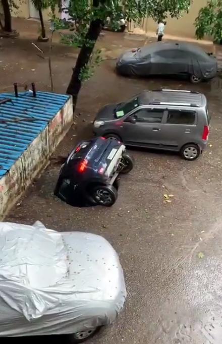 Рядом были припаркованы еще две машины, которые не пострадали
