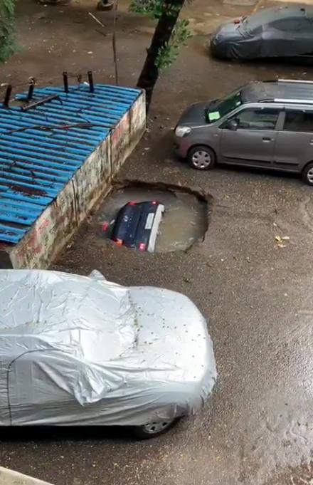 Темный автомобиль быстро провалился под асфальт