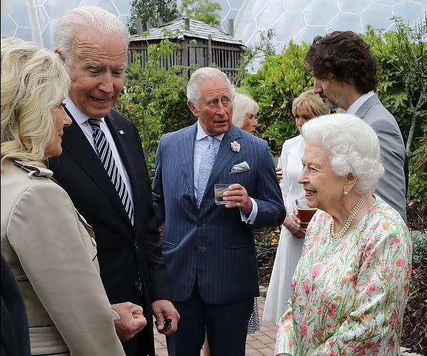 Знакомство монарха с президентом США и его женой.