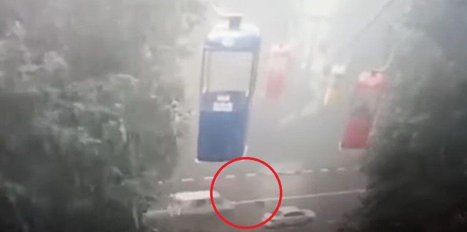 Хлопець нібито стрибнув із кабінки на дорогу, де його переїхав мікроавтобус