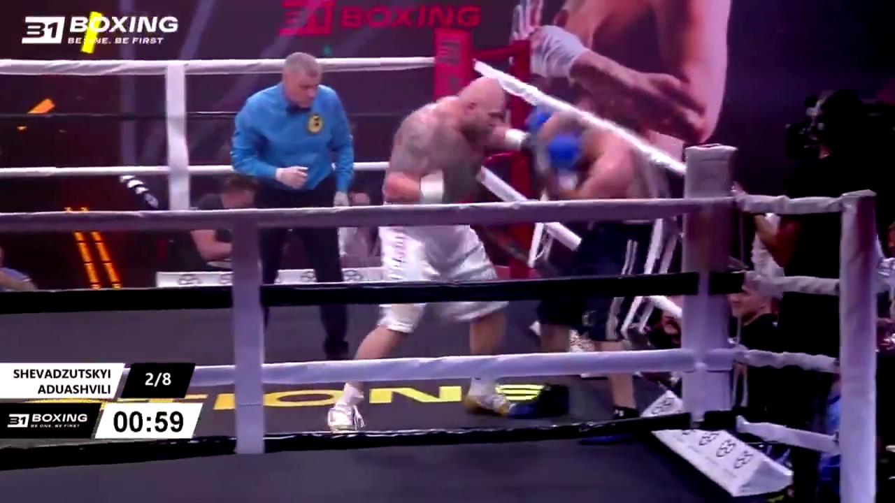 Игорь Шевадзуцкий мощно работал в ринге