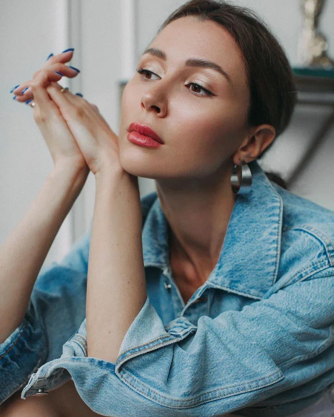 Анна Заворотнюк с ярким макияжем.