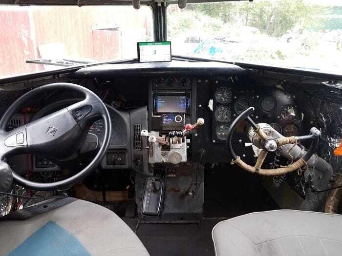 В кабине пилотов установили приборную панель автомобиля