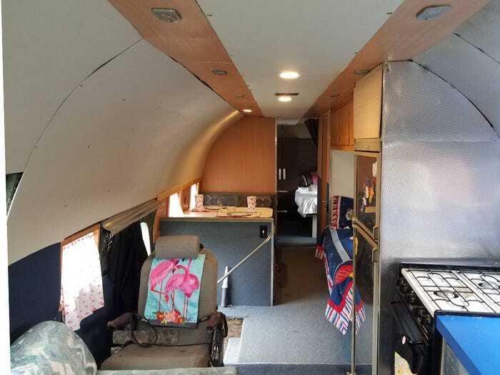 Внутри автодома есть две спальни, гостиная, две ванные и кухня