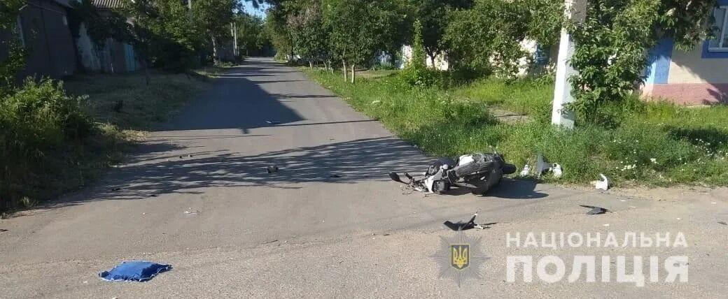 Неповнолітній водій мопеда загинув, а його 7-річного пасажира госпіталізували.