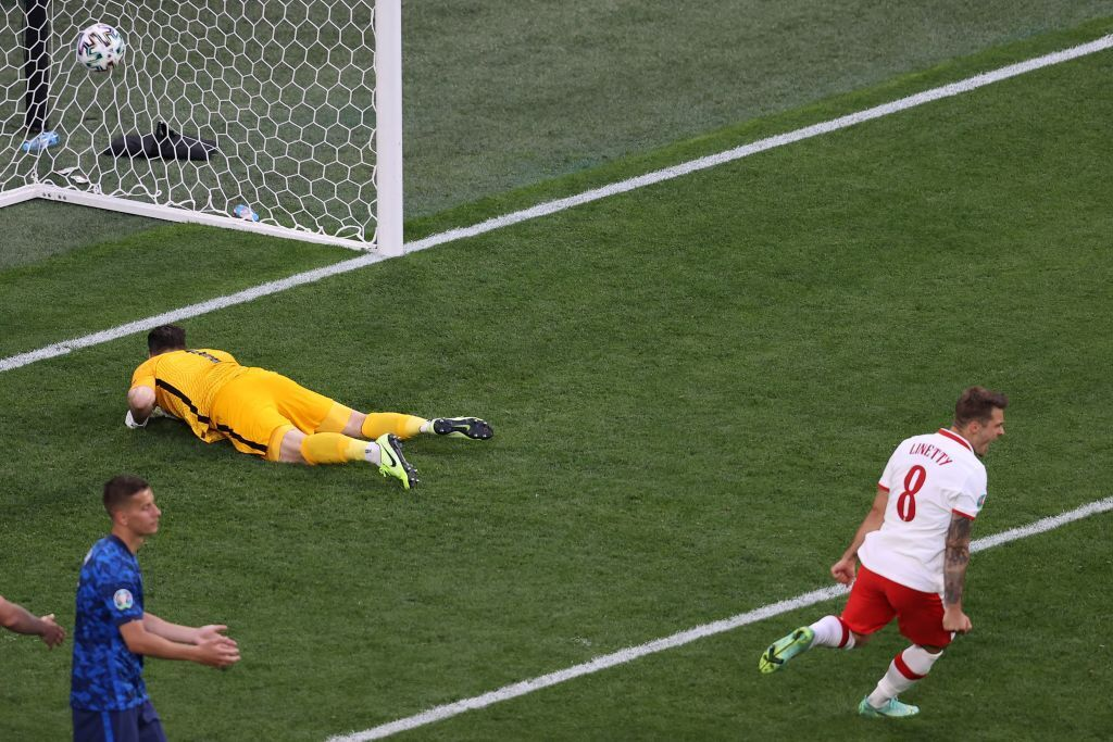 Польша сравняла счет на 46-1 минуте, но уступила Словакии.