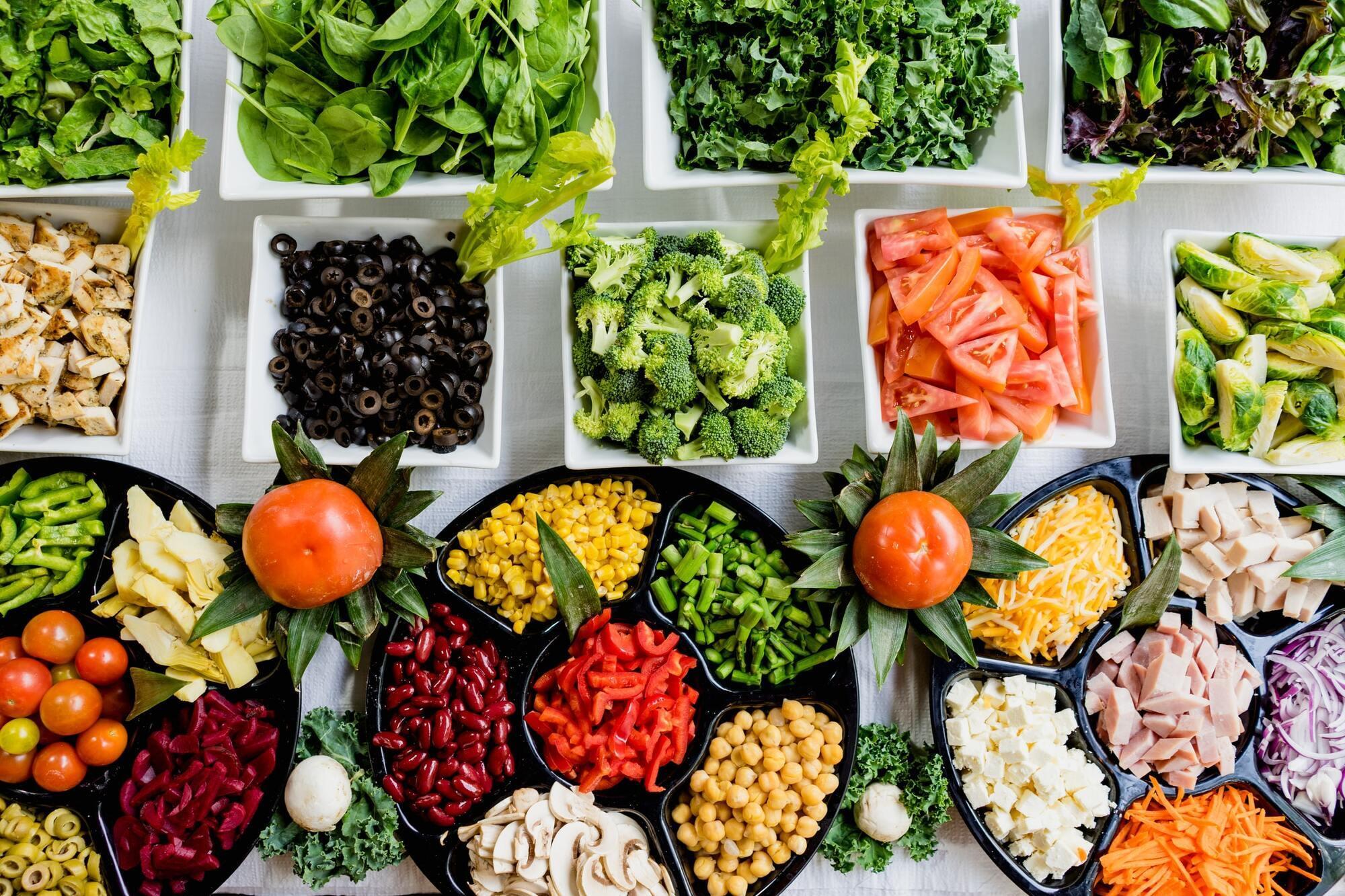 По средам и пятницам в Петров пост можно есть хлеб, соль, сырые овощи и фрукты, сухофрукты, орехи, мед, пить воду