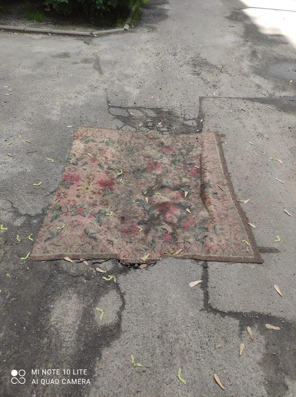 """Для """"ремонта"""" использовали старые ковры."""