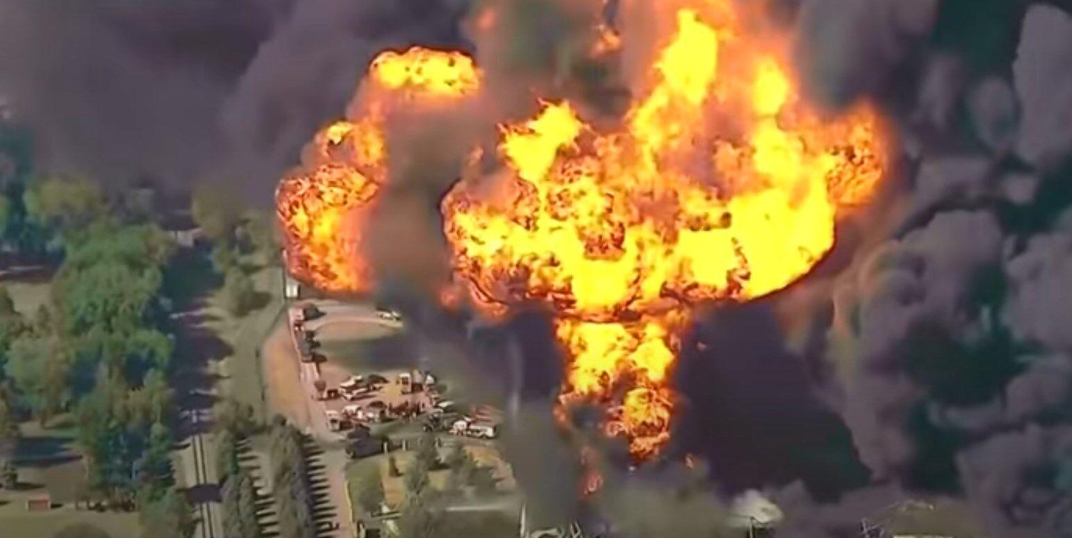 Очевидцы утверждают, что слышали взрывы.