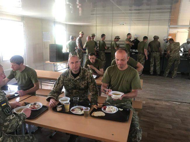 Егор Соболев и Командир 101-й отдельной бригады охраны Генштаба Александр Вдовиченко в столовой