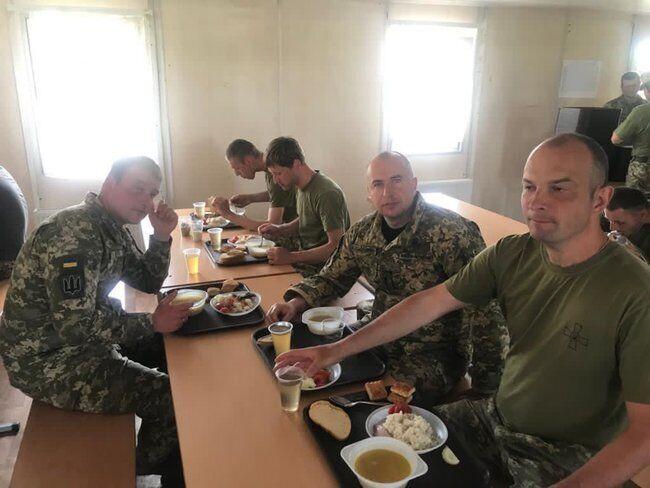 Егор Соболев показал, как обедает на полигоне