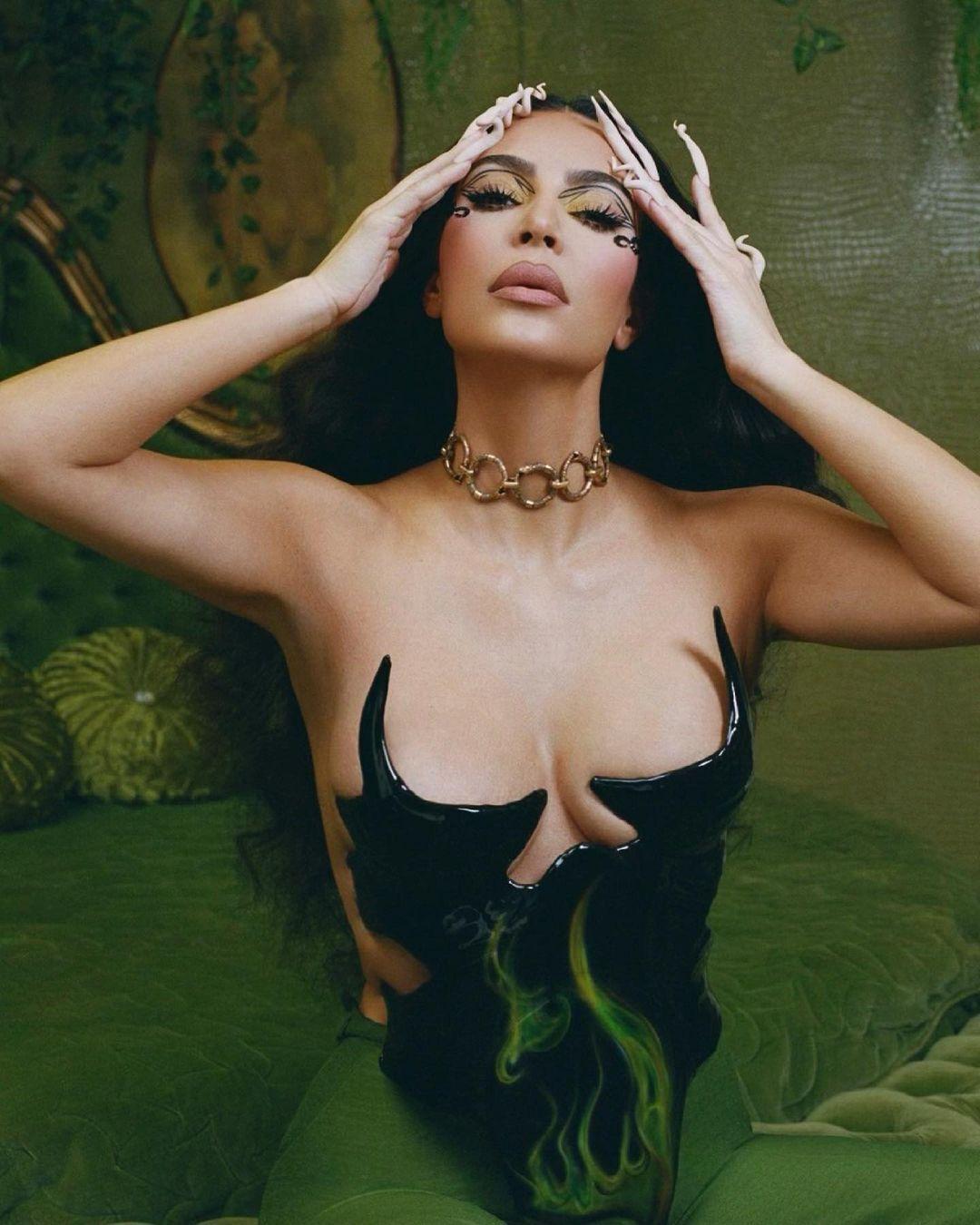 Ким Кардашьян в необычном корсете