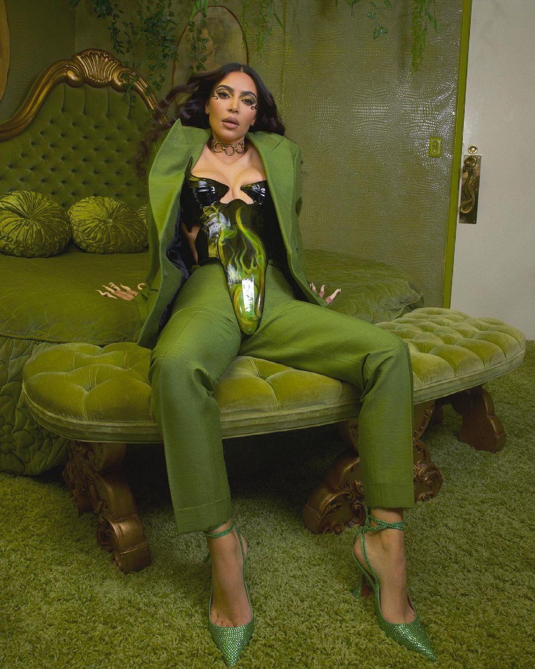 Ким Кардашьян позирует в необычном образе