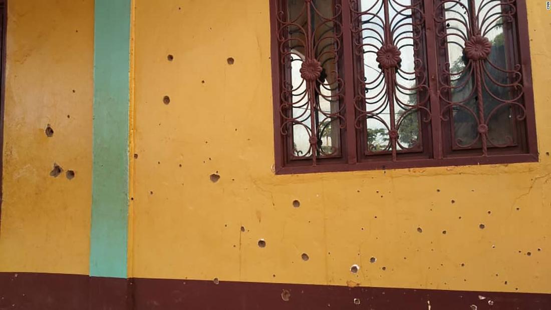 Діри від куль у зовнішній стіні мечеті