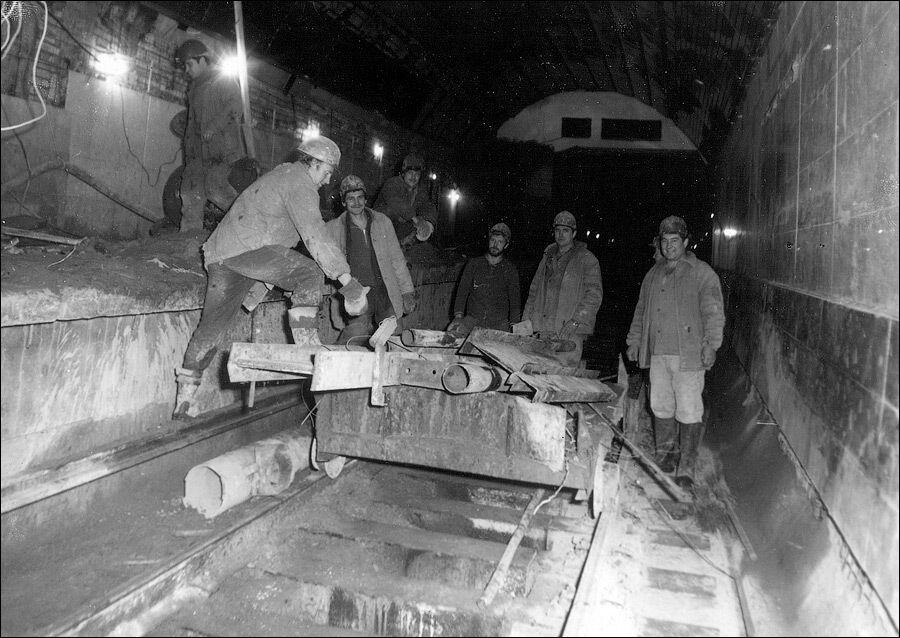 Отделка станции близится к завершению, строители вывозят какой-то хлам.