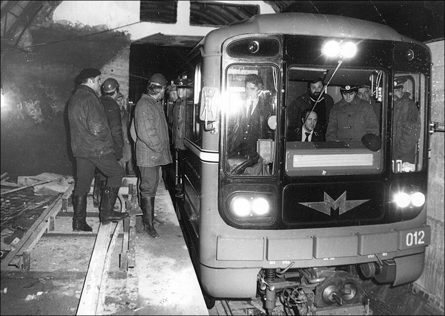 Пробный поезд на станции.